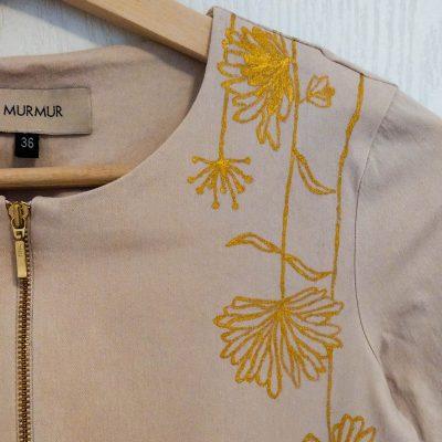 Rochie pictata manual cu flori aurii